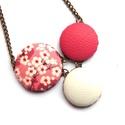 Cseresznyevirágos nyaklánc - rózsaszín, Ékszer, Nyaklánc, Bájos kis cseresznyevirágos nyaklánc, melynek a medál részét három kapcsolt gomb alkotja, amik színb..., Meska