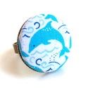 Delfines gyűrű, Ékszer, Gyűrű, Egy igazi vidám, nyári darab ez a delfines gyűrű. :)  A gomb átmérője 25 mm, a gyűrű sárgaréz színű,..., Meska