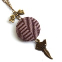 Tweed mintás madárkás nyaklánc - lila, Ékszer, óra, Nyaklánc, Tweed mintás, madárkával és tollal díszített őszi nyaklánc.  A gomb átmérője 25 mm, sárg..., Meska