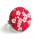 Cseresznyevirágos gyűrű - piros, Ékszer, Gyűrű, Gyönyörű cseresznyevirágos gyűrű a kifinomult, nőies darabok kedvelőinek.   A gomb átmérője 25 mm, a..., Meska