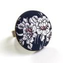 Sötétkék, virágos gyűrű, Ékszer, Gyűrű, Szépséges sötétkék, virágmintás gyűrű.  A gomb átmérője 25 mm, a gyűrű sárgaréz színű, nikkelmentes,..., Meska