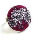 Bordó, virágos gyűrű, Ékszer, óra, Gyűrű, Szépséges bordó, virágmintás gyűrű.  A gomb átmérője 25 mm, a gyűrű sárgaréz színű, ..., Meska