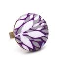 Lila leveles gyűrű, Ékszer, Gyűrű, Lila, levél mintás gyűrű.  A gomb átmérője 25 mm, a gyűrű sárgaréz színű, nikkelmentes, mérete állít..., Meska
