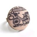 Biciklis gyűrű, Ékszer, Gyűrű, Biciklis gyűrű, a kerékpározás szerelmeseinek. :)  A gomb átmérője 25 mm, a gyűrű sárgaréz színű, ni..., Meska