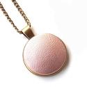 Rosegold MONO nyaklánc , Ékszer, Nyaklánc, Egyszerű, letisztult fazonú nyakláncot készítettem rosegold textilbőr medállal.   A gomb átmérője 25..., Meska