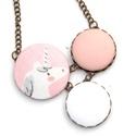 Macskás nyaklánc, Ékszer, Nyaklánc, Ennek a nyakláncnak a medál részét három kapcsolt gomb alkotja, melyek színben és mintában harmonizá..., Meska
