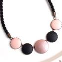Rosegold - fekete - púder  zsinóros gombsor nyaklánc, Kifinomult stílusú, nőies nyakláncot készíte...