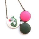 Kaktuszos nyaklánc - rózsaszín virággal, Ékszer, Nyaklánc, Ennek a nyakláncnak a medál részét három kapcsolt gomb alkotja, melyek színben és mintában harmonizá..., Meska