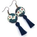 Margarétás bojtos fülbevaló - kék, Ékszer, Fülbevaló, Szépséges margaréta mintás textillel készítettem ezt a fülbevalót, színben harmonizáló fonal bojttal..., Meska