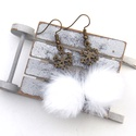 Szőrös-hópelyhes fülbevaló, Ékszer, Fülbevaló, A tél varázslatos hangulatához illő, szőrös-hópelyhes fülbevalót készítettem.  A gombok átmérője 20 ..., Meska