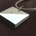 Fehér szürke beton nyaklánc, Ékszer, Nyaklánc, Ékszerkészítés, A termék 2,5 cm x 2,5 kocka alakú betonból készült medál valamint a hasított bőr nyaklánc. A képen ..., Meska