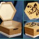 Pillangós doboz , Ékszer, Otthon, lakberendezés, Ékszertartó, Tárolóeszköz, Hatszög alakú doboz. A minta pirográffal készült rá. Lakkoztam, majd kék gyöngytollal díszítettem. O..., Meska