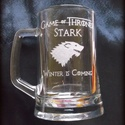Game of Thrones - gravírozott korsó, Férfiaknak, Konyhafelszerelés, Sör, bor, pálinka, Mindenmás,   A Trónok harca című sorozathoz köthető felirat és kép került erre a fél literes korsóra., Meska