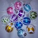 Színes karácsonyi gömbök, Dekoráció, Karácsonyi, adventi apróságok, Ünnepi dekoráció, Karácsonyfadísz, Horgolás, 12 db 5 cm átmérőjű, 6 színű színű műanyag gömböt horgoltam be fehér selyem cérnával. A minták a gö..., Meska