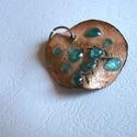 Tűzzománc medál , Ékszer, Ruha, divat, cipő, Medál, Nyaklánc, Vörösrézből készült ez a különleges  medál. Díszítésül  üveget használtam.  Szine arany és ,türkiz. ..., Meska