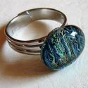Zöldes dichroic  gyűrű, Ékszer, Gyűrű, Egyszerűségében szép ez a gyűrű. zöldes dichroic művészüvegből készült. Mérete:1,5x1,5 cm. Állítható..., Meska