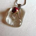 Rózsa medál, Ékszer, Medál, Valódi rózsabimbót foglaltam üvegbe, üveglakkal. Mérete:2,0x3,0 cm Egyedivé, romantikussá teszi az ö..., Meska