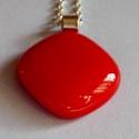 Piros medál, Ékszer, Medál, Nyaklánc, Bulsay művészüvegből készítettem ezt az egyszerű minimál stilusú medált. Mérete 2x2cm . Nedves puha ..., Meska