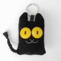 Fekete macska textil kulcstartó, Mindenmás, Kulcstartó, Újrahasznosított alapanyagból készült termékek, Varrás, Uhu cicákkal is barátkozik (azaz erdei vadmacskákkal), egyiküket ábrázolja ez a pillekönnyű fekete ..., Meska