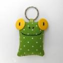 Sárga szemű Breki - textil béka kulcstartó, Mindenmás, Kulcstartó, Uhu egyik barátja a sárga szemű Breki, őt ábrázolja ez a zöld pöttyös, pillekönnyű kulcstartó.   A b..., Meska