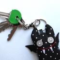 Fekete denevér kulcstartó (fehér pöttyös), Mindenmás, Dekoráció, Kulcstartó, Ünnepi dekoráció, Uhu új barátai a huncut mosolyú denevérek, akikkel éjszakánként vidáman repked együtt. :)  A kis bőr..., Meska
