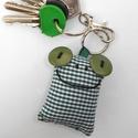 Zöld kockás Breki - textil béka kulcstartó, Mindenmás, Férfiaknak, Kulcstartó, Uhu egyik barátja a zöld kockás Breki, őt ábrázolja ez a pillekönnyű textil kulcstartó.  A béka mére..., Meska