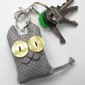 Szürke cica textil kulcstartó, Mindenmás, Kulcstartó, Uhu egyik barátja a szürke pöttyös Ceca, őt ábrázolja ez a pillekönnyű kulcstartó.  A cica mérete kb..., Meska