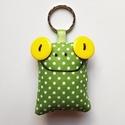 Sárgaszemű Breki - textil béka kulcstartó, Mindenmás, Kulcstartó, Uhu egyik barátja a sárga szemű Breki, őt ábrázolja ez a zöld pöttyös, pillekönnyű kulcst..., Meska