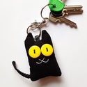 Fekete macska textil kulcstartó, Mindenmás, Kulcstartó, Uhu cicákkal is barátkozik (azaz erdei vadmacskákkal), egyiküket ábrázolja ez a pillekönnyű fekete  ..., Meska