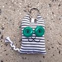 Szürke-fehér cirmos cica textil kulcstartó, Mindenmás, Kulcstartó, Egy ilyen vigyori cica egész biztos megkönnyíti a kulcs utáni keresgélést a legtömöttebb női táskába..., Meska
