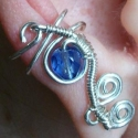 Kék csavarozott fülgyűrű, Ékszer, óra, Fülbevaló,  Ezüstözött drótból kézzel hajlított fülgyűrű., Meska