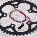 Kerékpár láncból készült karkötő, kék-piros, Ékszer, óra, Férfiaknak, Karkötő, Bringás kiegészítők, Ékszerkészítés, Újrahasznosított alapanyagból készült termékek, Kék - piros karkötő újrahasznosított ezüst színű kerékpár láncból  Anyaga: fém kerékpár lánc és via..., Meska