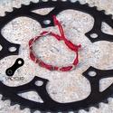 Kerékpár láncból készült karkötő, piros, Férfiaknak, Ékszer, Bringás kiegészítők, Karkötő, Ékszerkészítés, Újrahasznosított alapanyagból készült termékek, Piros karkötő újrahasznosított ezüst színű kerékpár láncból  Anyaga: fém kerékpár lánc és viaszolt ..., Meska