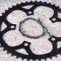 Kerékpár láncból készült karkötő, zöld, Ékszer, óra, Férfiaknak, Karkötő, Bringás kiegészítők, Ékszerkészítés, Újrahasznosított alapanyagból készült termékek, Zöld karkötő újrahasznosított fekete színű kerékpár láncból  Anyaga: fém kerékpár lánc és viaszolt ..., Meska
