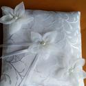 Fehér , Esküvő, Gyűrűpárna, Varrás, Mintás selyemből készült gyűrűpárna, organza virágokkal. Fehér és ekrü színekben van jelenleg,de ké..., Meska
