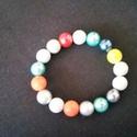 Színes gyöngyökből készült gumis karkötő, Ékszer, Karkötő, Színes gyöngyökből készült gumis karkötő, gyöngyházfényű gyöngyökből 19 cm-es, Meska