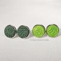 Zöld rét  -  2 pár kis méretű, pötty, beszúrós fülbevaló, Ékszer, Fülbevaló, Sötétzöld és világos zöld süthető gyurmából préselt mintával készítettem a fülbevalókat.  A gyurmák ..., Meska