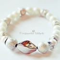 Törtfehér elegancia karkötő, Tört fehér és ezüst színű gyöngyökből ké...