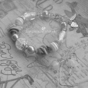 Fehér-ezüst üveggyöngy karkötő fülbevalóval, Ékszer, Karkötő, Fülbevaló, Üveggyöngyökből készítettem a karkötőt, van benne lámpagyöngy, közepén dekoratív roppantott üveggyön..., Meska