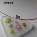 Fehér rózsaszin zöld virágos medál  háromszög üvegékszer, Ékszer, Ruha, divat, cipő, Medál, Nyaklánc, Üvegművészet, Ékszerkészítés, Fehér és  áttetsző csillogó üveg és millefiori gyöngyök  felhasználásával készült  a  medál olvaszt..., Meska