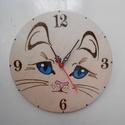 Cicás macskás falióra, Otthon, lakberendezés, Falióra, óra, 24 cm átmérőjű falióra.  Pirográf technikával, kézzel festettem és lakkoztam. Az elem nem t..., Meska