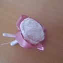Vőlegénykitűző, Dekoráció, Esküvő, Férfiaknak, Esküvői dekoráció, Ez a kitűző fehér horgolt rózsából készült, mályva vagy pasztell rózsaszín szalaggal dís..., Meska