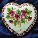 Árvácskás festett szív, Dekoráció, Dísz, Ünnepi dekoráció, Mézeskalácssütés, Festészet, 19x18 cm-es mázas, írókás, festett árvácskás mintás szív. Térbeli virággal is készült ilyen szív. (..., Meska