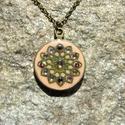 Mandala nyaklánc, Dekoráció, Ékszer, Medál, Nyaklánc, Ékszerkészítés, Antikbronz színű medálalapon púder színű ékszergyurma, azon egy zöldes-arany színre festett virágmo..., Meska