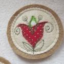 Tulipános kitűző, Dekoráció, Magyar motívumokkal, Igényes kivitelezésű textil kitűző. Piros, fehér és zöld mintás pamutvásznakból applikáltam különböz..., Meska