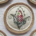 Tulipános kitűző , Dekoráció, Magyar motívumokkal, Igényes kivitelezésű textil kitűző. Piros, fehér és zöld mintás pamutvásznakból applikáltam különböz..., Meska