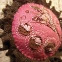 Csokispuncs - kitűző, Ékszer, óra, Bross, kitűző, Textilékszer a táskádra, kabátodra... ... ha szereted az ínyenc ízeket!  Igényes kivitelezésű textil..., Meska