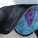 Fekete-kék, lila virágos alvómaszk (szemmaszk), Szépségápolás, Egészségmegőrzés, Puha belső réteggel, kényelmesen simul az arcra ez a szemmaszk. Külső részét pamutvászonból, textilr..., Meska