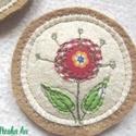 Kitűző virággal, Dekoráció, Magyar motívumokkal, Igényes kivitelezésű textil kitűző. Piros, fehér és zöld mintás pamutvásznakból applikáltam különböz..., Meska