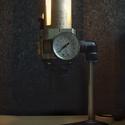 Lámpa nyomásszabályozóból, Otthon, lakberendezés, Férfiaknak, Lámpa, Asztali lámpa, Fémmegmunkálás, Mindenmás, Egyedi asztali lámpa  pneumatikus szűrő szabályozóból.  Felhasznált anyagok: -szűrő szabályozó egys..., Meska